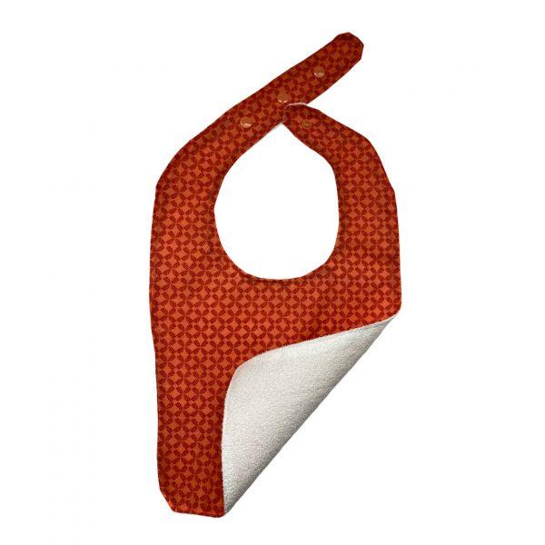 Babero hecho a mano con diseño de estampado rojo